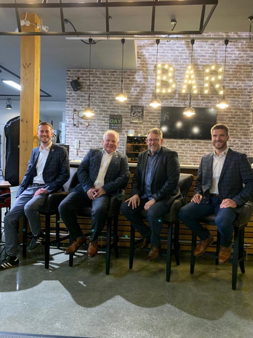 Männermode Fritzlar ist neuer Partner der Löwen. V.l.n.r.: Dennis Frank-Böckmann, Joachim Herwig, Geschäftsführer Thorsten Seifert und KSV-Coach Tobias Damm