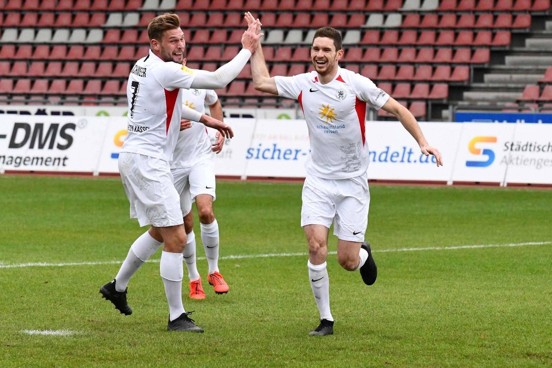 KSV Hessen Kassel, Rot-Weiss Walldorf, Endstand 4:0, Jubel zum 1:0, Sebastian Schmeer (KSV Hessen Kassel), Lukas Iksal (KSV Hessen Kassel)