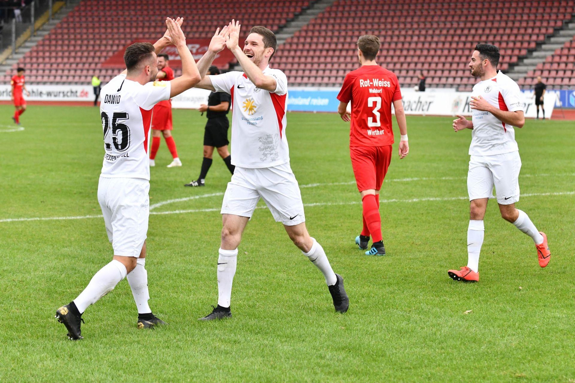 KSV Hessen Kassel, Rot-Weiss Walldorf, Endstand 4:0, Jubel zum 1:0, Marco Dawid (KSV Hessen Kassel), Lukas Iksal (KSV Hessen Kassel)