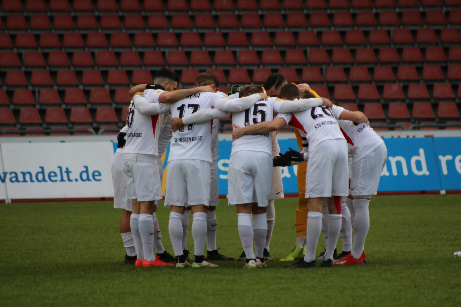 Lotto Hessenliga 2019/2020, KSV Hessen Kassel, FV Bad Vilbel, Endstand 6:1, Mannschaftskreis (KSV Hessen Kassel)