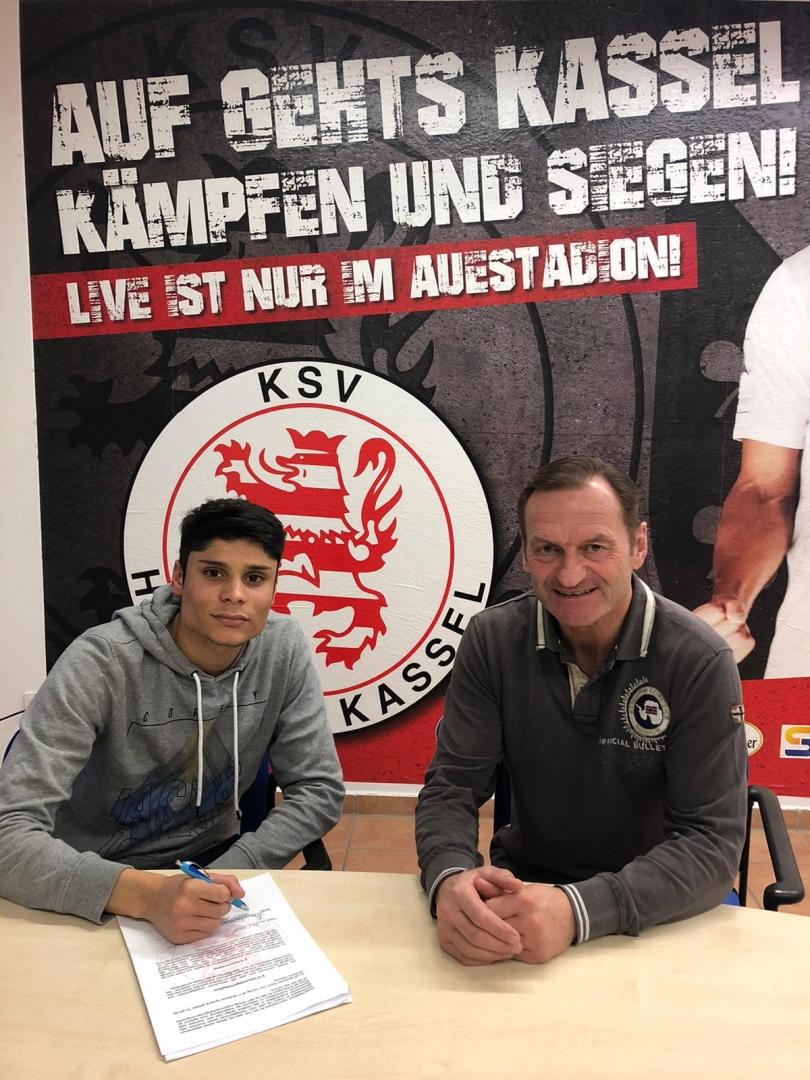 Leonardo Zornio unterschreiben einen Dreijahres-Vertrag beim KSV Hessen Kassel. Rechts: Jörg Müller, Sportlicher Leiter der Löwen