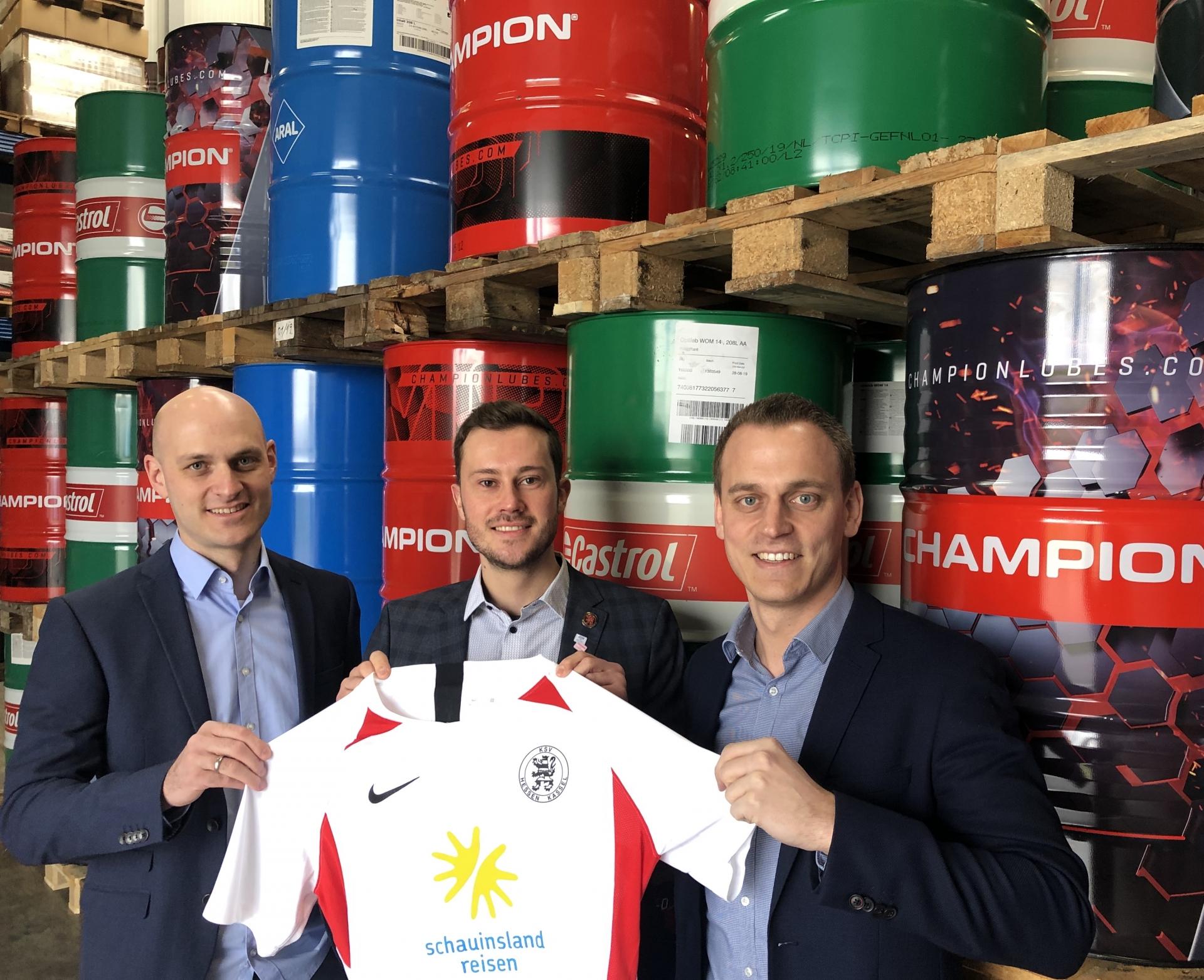 Neuer Partner der Löwen: Donig Mineralöl-Vertriebs-GmbH. Torben und Jan Donig mit Dennis Frank-Böckmann