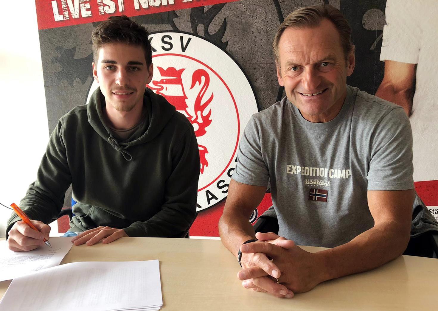 Luis Allmeroth (li.) bleibt ein Löwe. Im Bild bei der Vertragsunterzeichnung mit dem sportlichen Leiter Jörg Müller (re.).