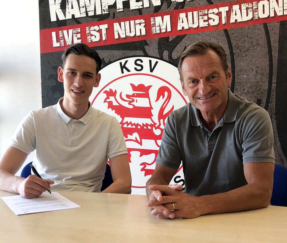 Nicolas Grötecke (li.) bleibt ein Löwe. Hier im Bild bei der Vertragsunterzeichnung mit Jörg Müller, sportlicher Leiter des KSV Hessen Kassel (re.).