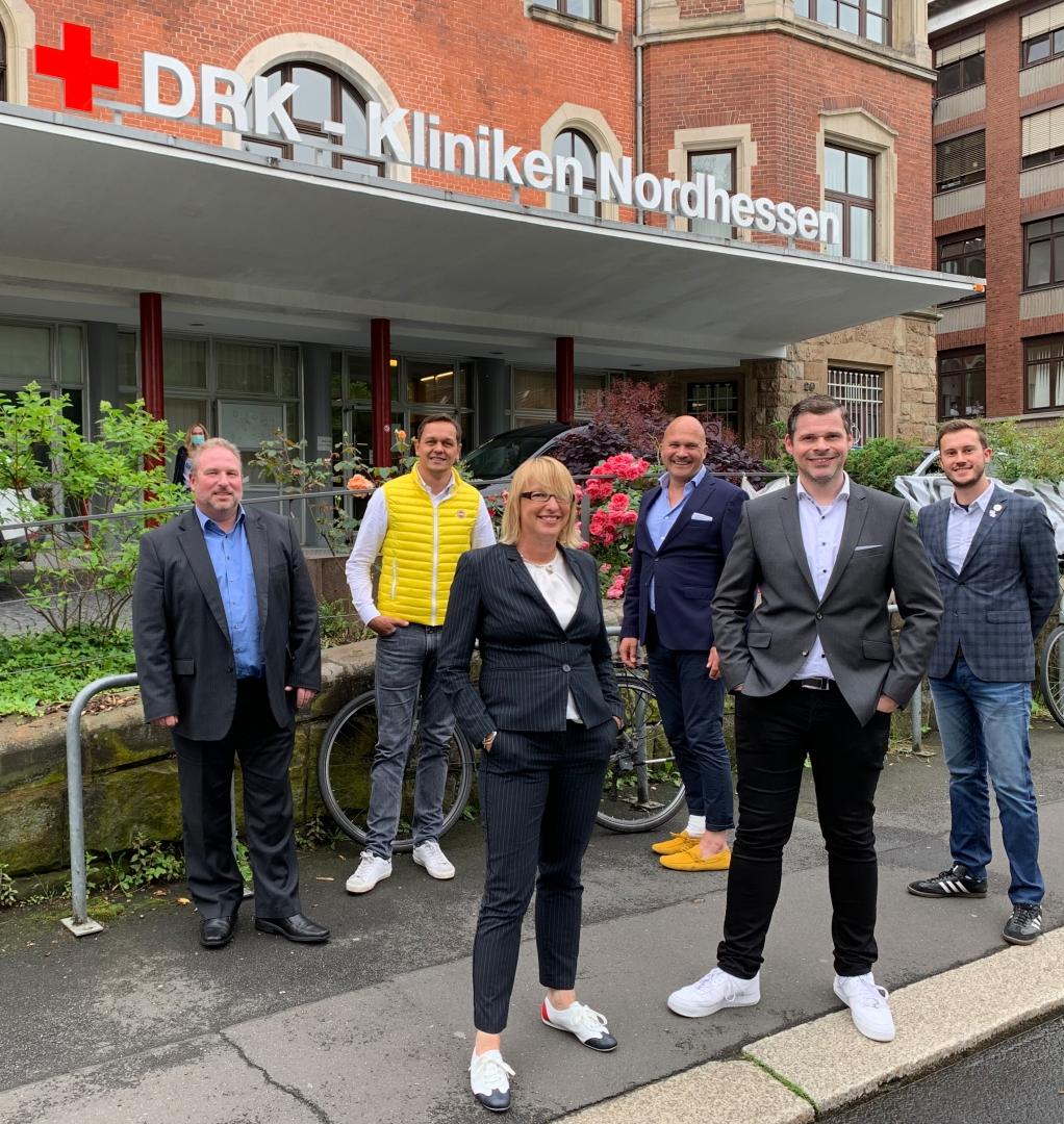 Neuer Partner der Löwen: Die DRK-Kliniken Nordhessen. v.l. Jens Horstmann, Swen Meier, Claudia Nehrig, Alexander H. Lottis, Daniel Bettermann, Dennis Frank-Böckmann