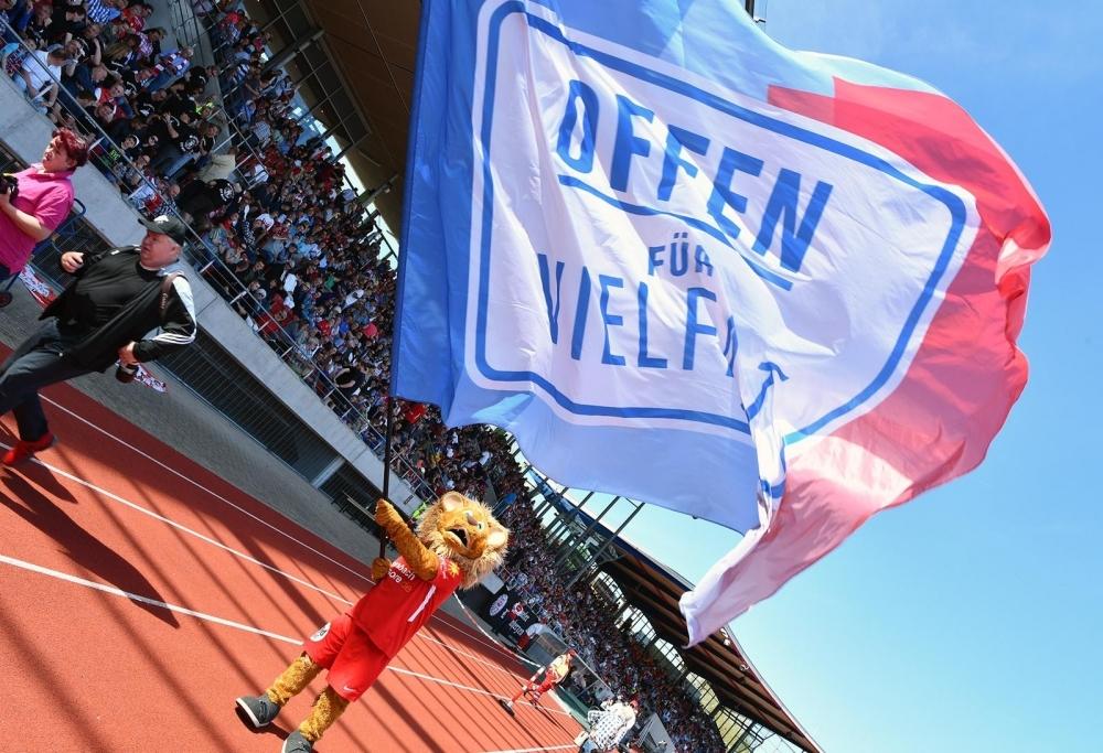 Die Löwen stehen für Vielfalt und Toleranz. Hier schwenkt Maskottchen Totti die Flagge der Initiative Offen für Vielfalt, bei der die Löwen Mitglied sind (Archivbild Rekordspiel 22.4.2019)