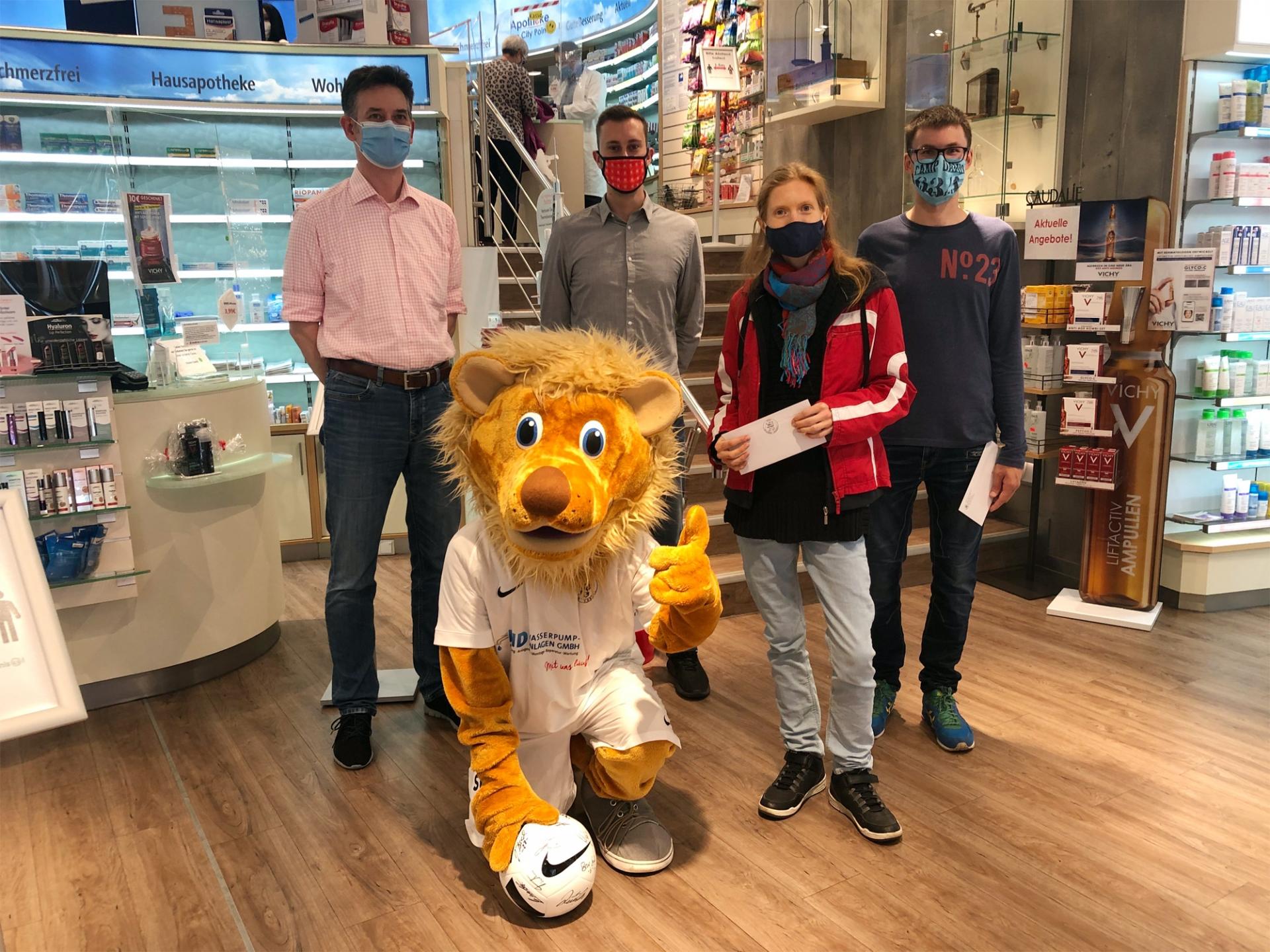 Herr Waschk (Inhaber der Apotheke), Totti mit dem Hauptgewinn, Dennis Frank-Böckmann (KSV-Marketing), Carolin Schwarz (2. Platz), Tim Kuhnert (Trostpreis)