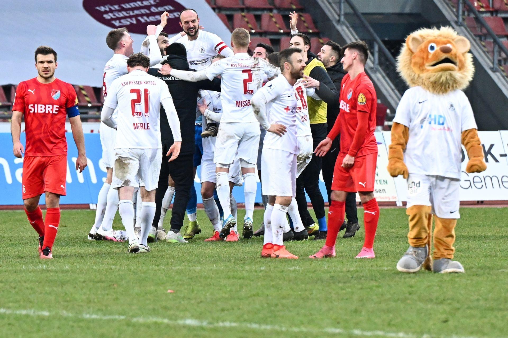 Regionalliga Südwest 2020/21, KSVHessen Kassel, TSV Steinbach Haiger, Endstand 2:1, Totti, Sergej Evljuskin, Kreis, Jubel