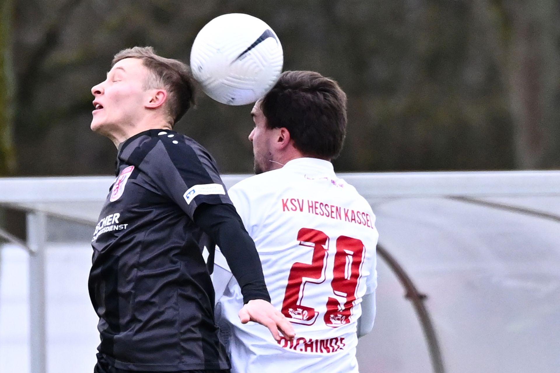 Regionalliga Südwest 2020/21, KSVHessen Kassel, FC Gießen, Endstand 1:1, Kopfballduell, Nils Pichinot