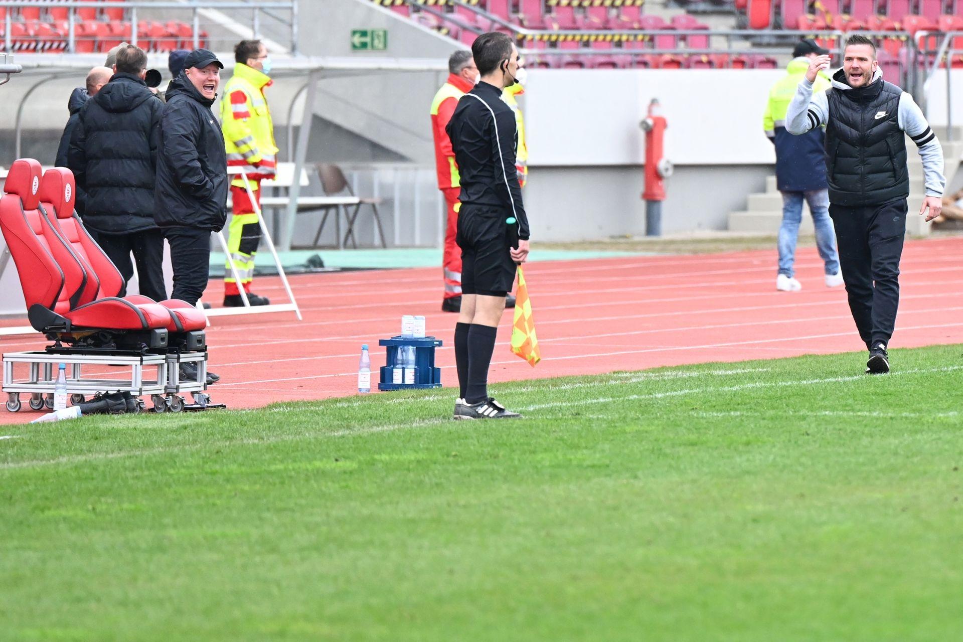 Regionalliga Südwest 2020/21, KSV Hessen Kassel, VfR Aalen, Endstand 1:1, Tobias Damm, Trainerbank, Schiedsrichter