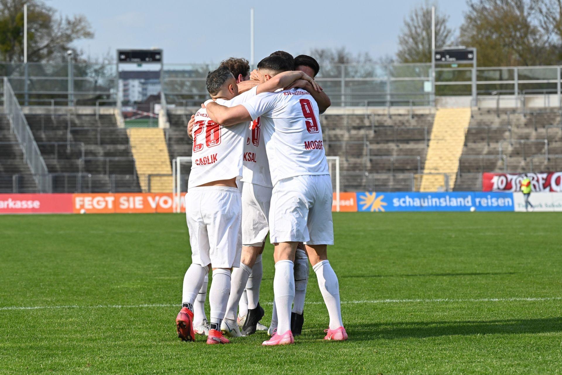 Regionalliga S�dwest 2020/21, KSV Hessen Kassel, Bahlinger SC, Endstand 1:1, Jubel zum 1:0