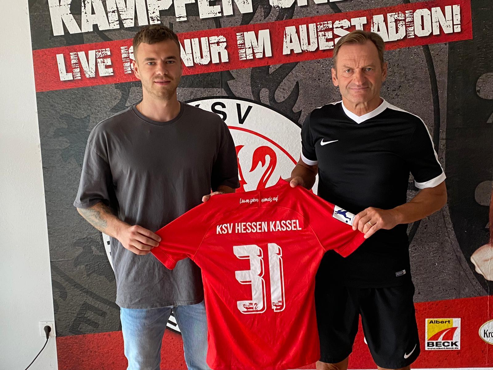 Maurice Springfeld (li.) wechselt zum KSV Hessen Kassel. Im Bild mit Jörg Müller (Sportliche Leitung)