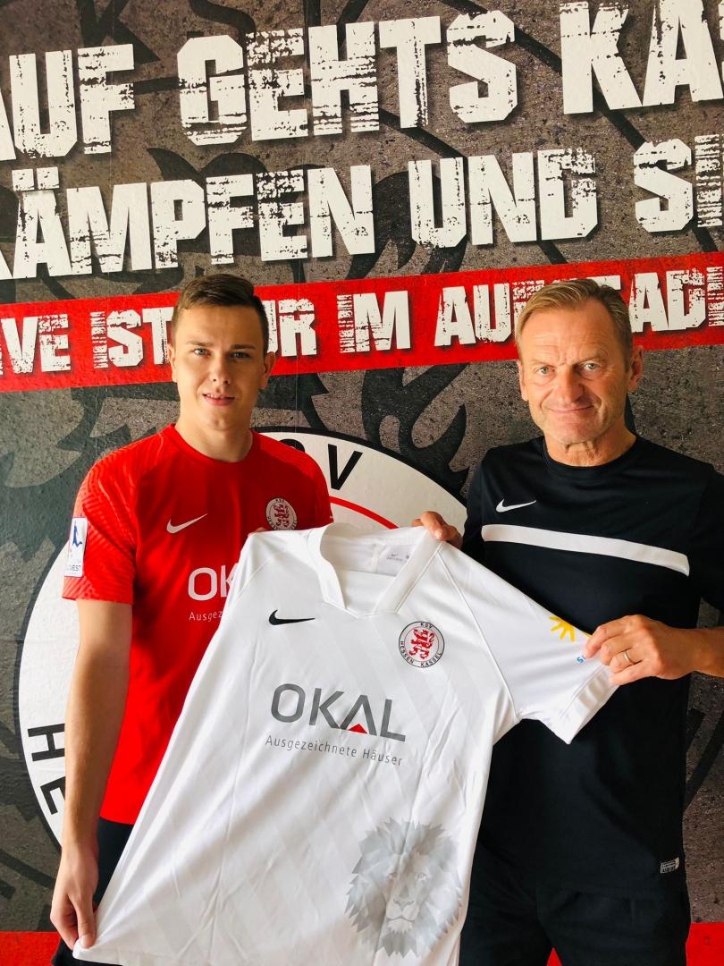 Mike Feigenspan (li.) trägt künftig das Trikot des KSV Hessen Kassel. Im Bild mit dem sportlichen Leiter des KSV, Jörg Müller.